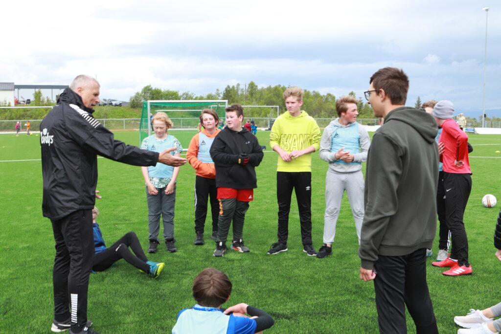 Truls Jensen instruerer elevene på ungdomstrinnet